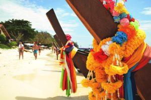 kleurrijke houten bootjes thailand